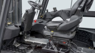 Die Kabine eines Linde Elektrostaplers, ausgestattet mit einem drehbaren Fahrerarbeitsplatz. Mit dem drehbaren Arbeitsplatz muss der Fahrer Kopf und Oberkörper bei Rückwärtsfahren nicht mehr verdrehen und die Wirbelsäule wird geschont.