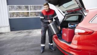 Service Mitarbeiter von Linde Material Handling am Fahrzeug
