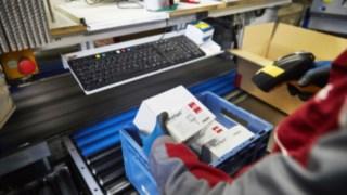 Linde Ersatzteile werden für Kunden im Warenlager zusammengepackt