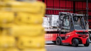 Linde Gabelstapler belädt einen LKW