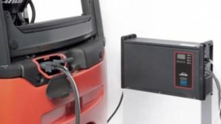 E-Stapler verbunden mit dem Li-ION-Ladegerät