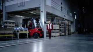 Motion Detection von Linde Material Handling in einem dunklen Warenlager