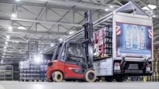 Elektrostapler X35 von Linde belädt einen Lastwagen mit Getränkekisten von Ensinger