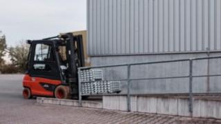 E-Stapler E35 von Linde Material Handling transportiert bei der Reinheimer Grass GmbH Materialien zur Produktion.