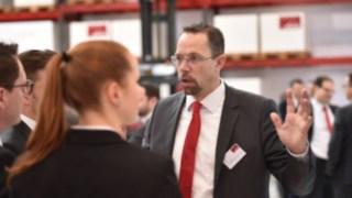 Frank Heptner im Gespräch mit zwei Personen