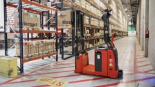 Autonomer L-MATIC AC Hochhubwagen von Linde Material Handling in Betrieb bei Schneider Electric