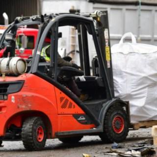 Linde V-Stapler transportiert rieseige Müllsäcke