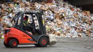 Ein V-Stapler von Linde trasportiert einen Klumpen Müll