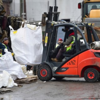 Linde V-Stapler transportiert Riesige Müllsäcke