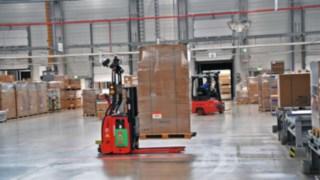 Ein L-MATIC von Linde Material Handling transportiert Waren von ebm-papst.