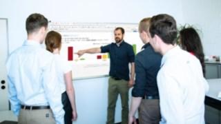 Jean-Christopher Klix, Ausbildungsleiter bei Linde Material Handling, im Gespräch mit anderen Mitarbeitern
