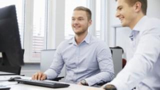 Besprechung von Linde Mitarbeitern am Schreibtisch mit Computer