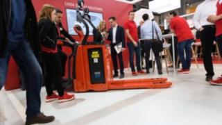Besucher der LogiMAT 2019 begutachten die neue Narrow Range von Linde Material Handling.