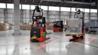 Automatisierte Fahrzeuge von Linde Material Handling im Einsatz im Lager
