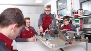 Junge Menschen bei ihrer Ausbildung zu Mechatronikern bei Linde Material Handling