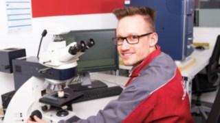 Auszubildender bei der Ausbildung zum Werkstoffprüfer bei Linde Material Handling