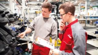 Auszubildende bei der Ausbildung zum Produktionstechnologen bei Linde Matrial Handling