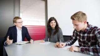 Junge Menschen bei ihrer Ausbildung zu Kaufleuten für Büromanagement für Linde Material Handling
