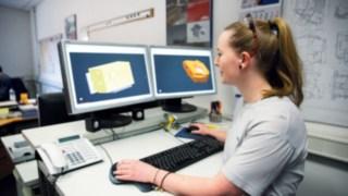 Auszubildende bei Linde Materiall Handling zur technischen Modellbauerin